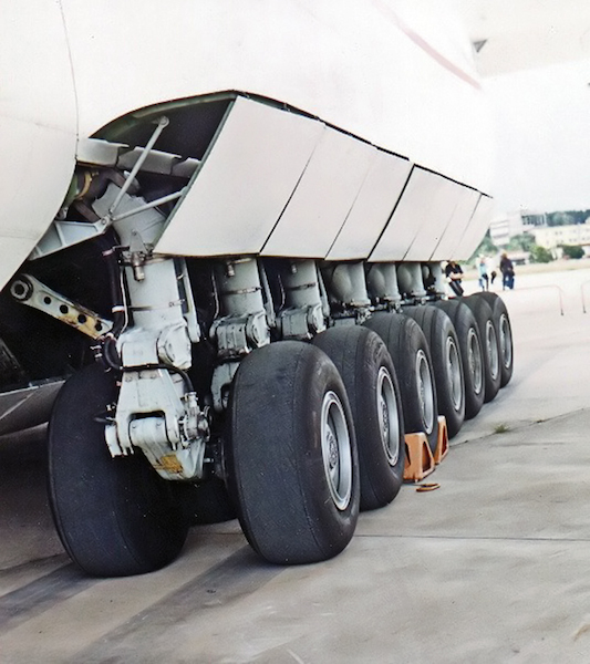 The landing gear of the 225. Image from Wikipedia.